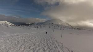 Śnieżna autostrada z widokiem na Śnieżkę